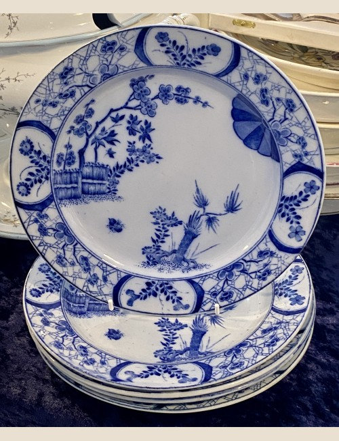 Dinerbord – Creil Montereau B&C déposé – met blindmerk J2 – eind 19e eeuw – decor Japon blauw op lichtblauwe ondergrond (camaïeu