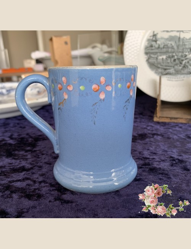 Mokje – decor van roze bloemetjes en groudkleurige blaadjes op een blauwe ondergrond