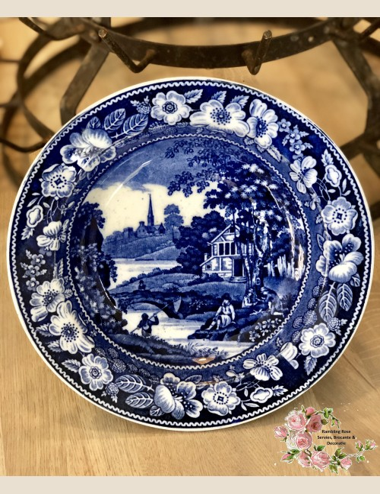 Diep bord – maker en decor onbekend – met diepblauwe bloemenrand en visser met netje.